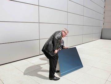 Daniel Libeskind examines the light reflectivity of one of Zahner's panels.